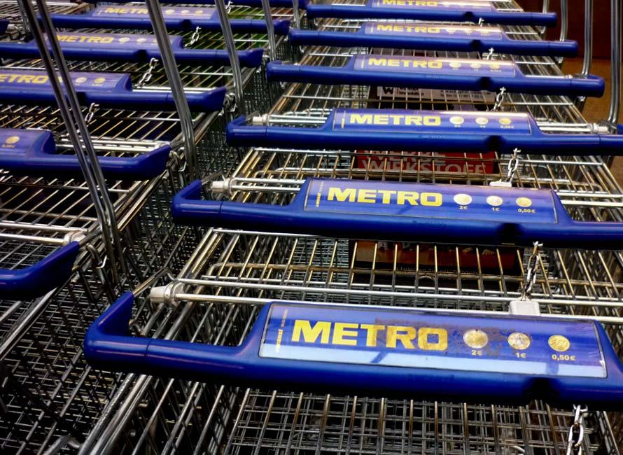 Einkaufswagen vor Metro Cash & Carry Markt in Hamburg